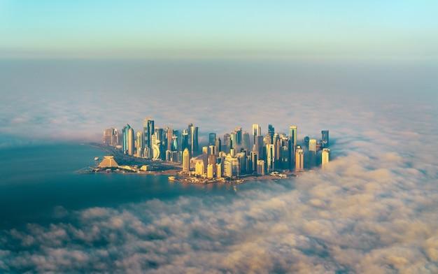 Widok z lotu ptaka na doha przez poranną mgłę, stolicy kataru w zatoce perskiej