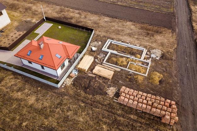 Widok z lotu ptaka na dom i plac budowy.