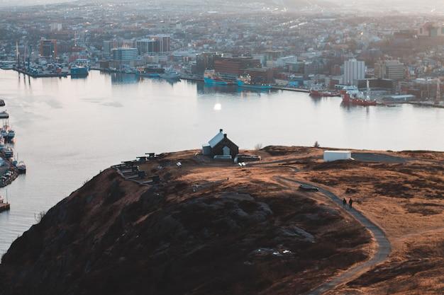 Widok z lotu ptaka na dom na wzgórzu