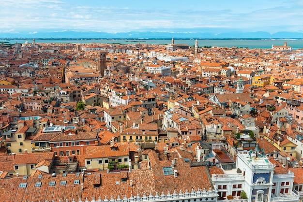 Widok z lotu ptaka na domy, morze i pałace z wieży san marco