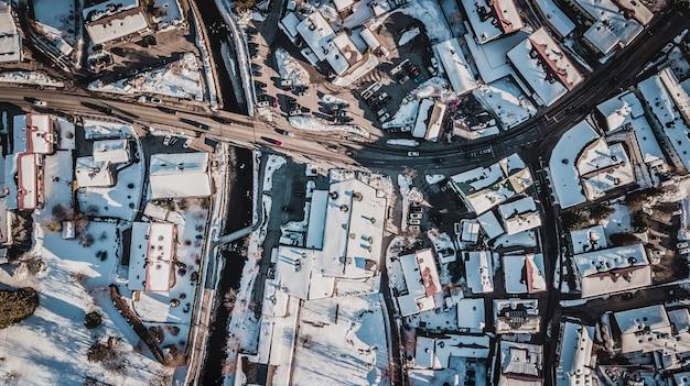 Widok z lotu ptaka na domy pokryte śniegiem w tegernsee w niemczech.