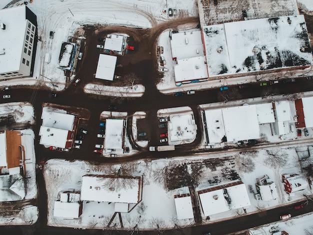 Widok z lotu ptaka na domy pokryte śniegiem