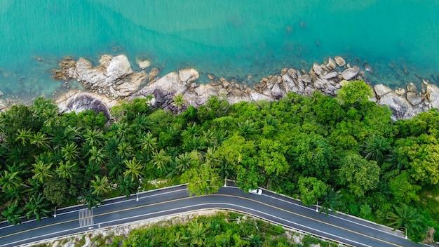 Widok z lotu ptaka na drogę i plażę między khanom i sichon, nakhon si thammarat, tajlandia