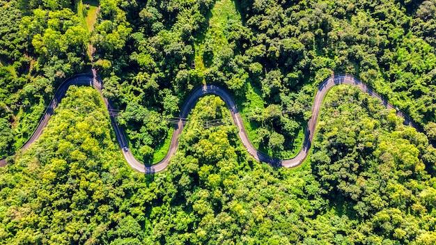 Widok z lotu ptaka na drogę w górach.