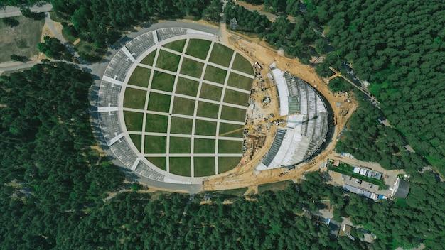 Widok z lotu ptaka na dużą budowę