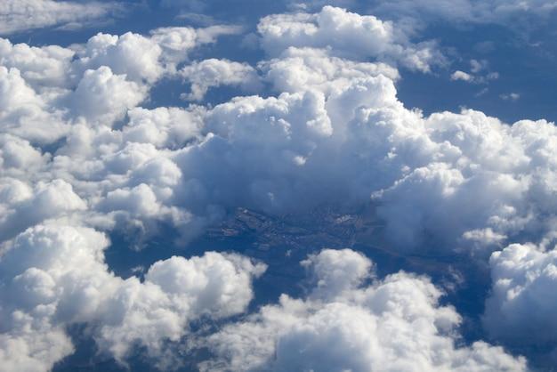 Widok z lotu ptaka na duże chmury cumulusowe w powietrzu