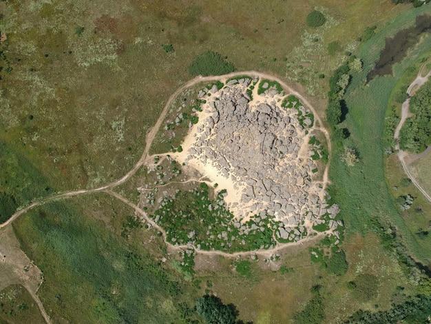 Widok z lotu ptaka na duże kamienie o nazwie kamyana mohyla, melitopol ukraina