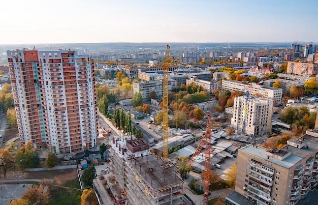 Widok z lotu ptaka na duże, rozwijające się europejskie miasto z wieżowcami, drogami i nowymi budynkami