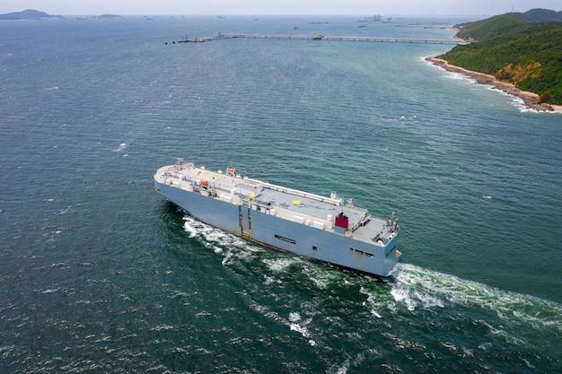Widok z lotu ptaka na duży statek transportowy roro vehicle pływający po zielonym morzu