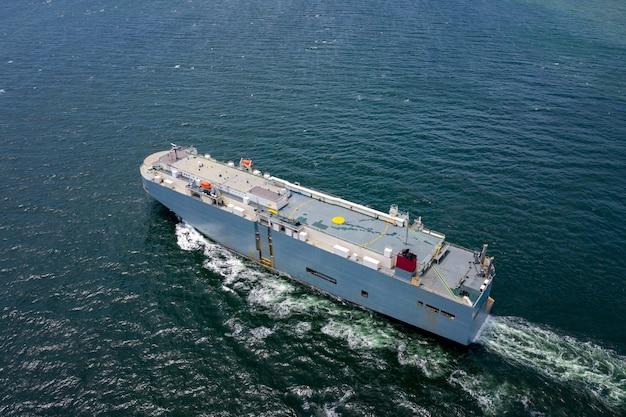 Widok z lotu ptaka na duży statek transportowy roro vehicle