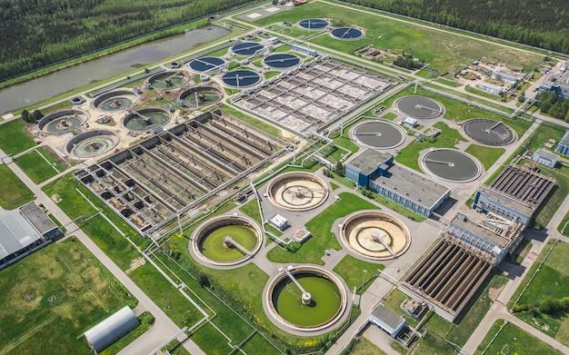 Widok z lotu ptaka na duży zakład uzdatniania wody