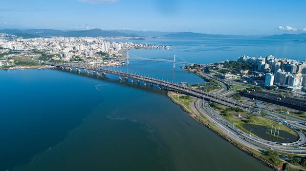 Widok z lotu ptaka na dwa mosty łączące stały ląd z wyspą florianpolis.