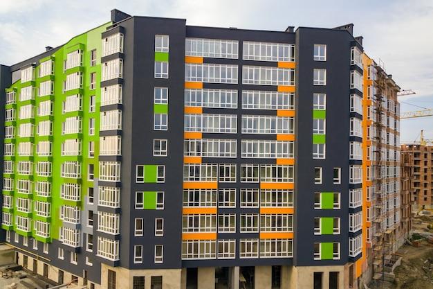 Widok z lotu ptaka na dzielnicę mieszkaniową miasta z wysokimi apartamentowcami w budowie.