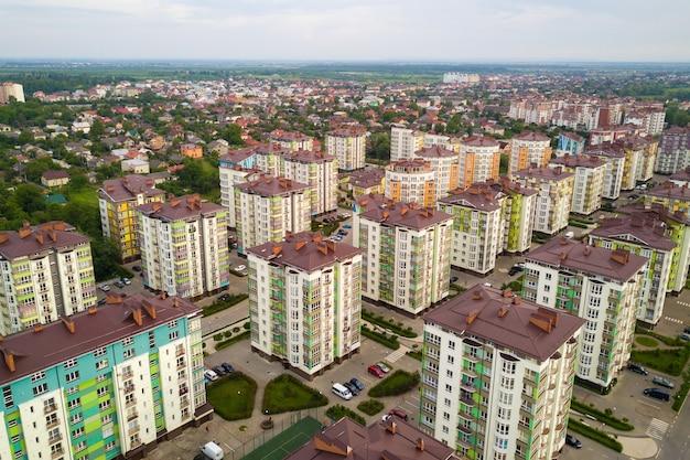 Widok z lotu ptaka na dzielnicę mieszkaniową miasta z wysokimi budynkami mieszkalnymi.