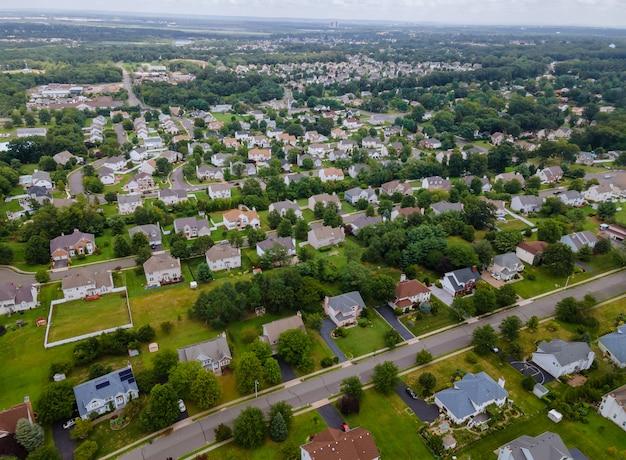 Widok z lotu ptaka na dzielnicę mieszkaniową z mieszaną nową zabudową