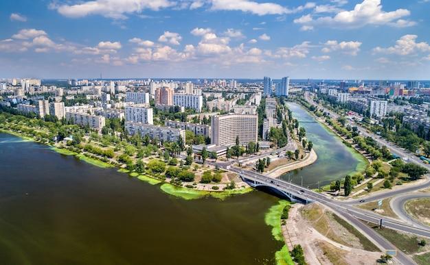Widok z lotu ptaka na dzielnicę rusanivka w kijowie, stolicy ukrainy