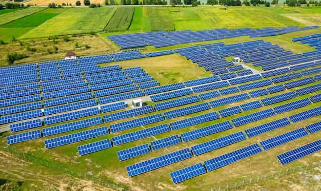 Widok z lotu ptaka na elektrownię słoneczną