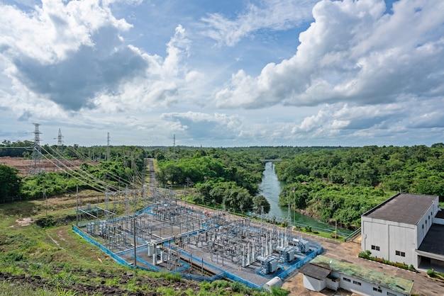 Widok z lotu ptaka na elektrownię wodną. hydroelektryczna stacja na niebieskie niebo chmurach.