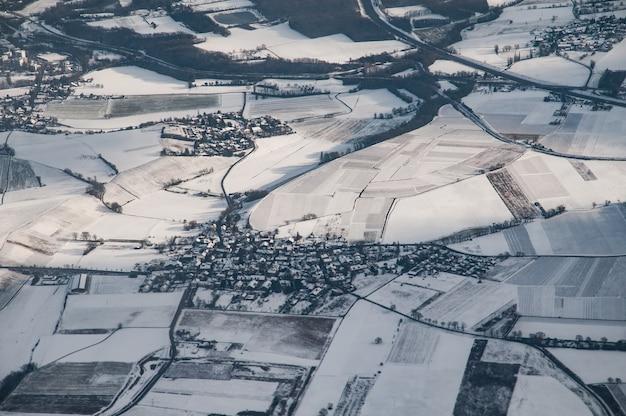 Widok z lotu ptaka na francuską wioskę na zachód od genewy