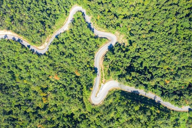 Widok z lotu ptaka na górską drogę przechodząc przez krajobraz tropikalnych lasów deszczowych w tajlandii.