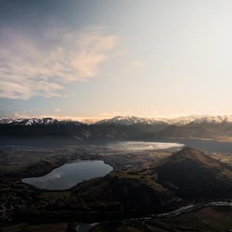 Widok z lotu ptaka na górskie jezioro o zachodzie słońca