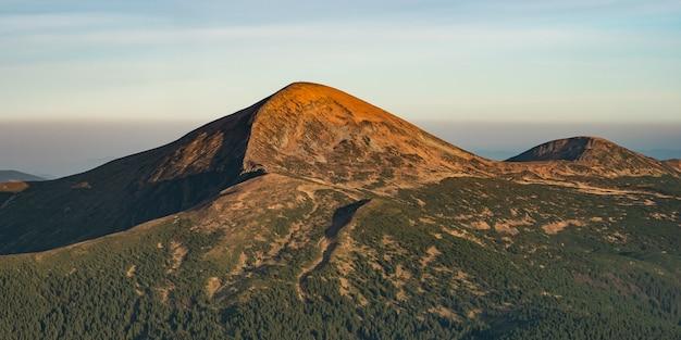Widok z lotu ptaka na górskie wzgórza karpaty krajobraz góra hoverla lub goverla ukraina