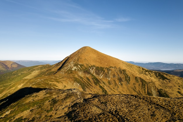 Widok z lotu ptaka na górskie wzgórza, krajobraz karpat