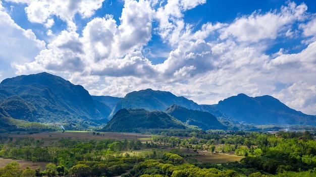 Widok z lotu ptaka na góry doi nang non lub tajską jaskinię tham luang w chiang rai, tajlandia.