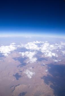Widok z lotu ptaka na góry i chmury