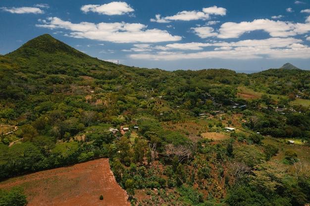 Widok z lotu ptaka na góry i pola wyspy mauritius.
