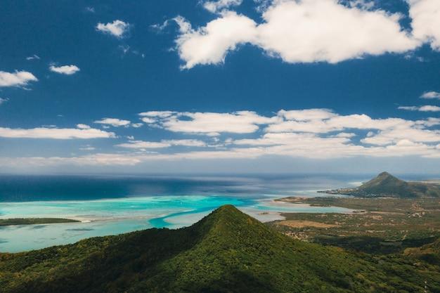 Widok z lotu ptaka na góry i pola wyspy mauritius
