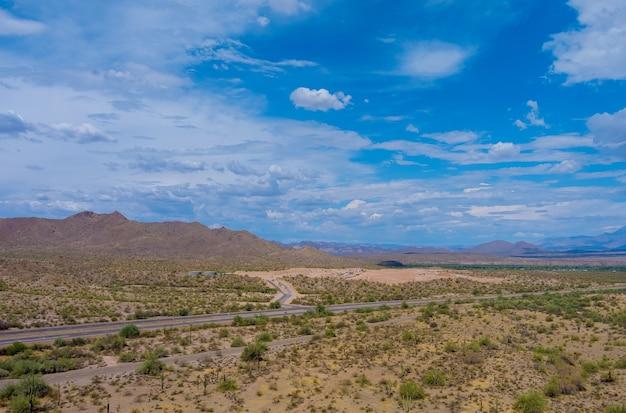 Widok z lotu ptaka na góry w arizonie w całej autostradzie wysokiej prędkości