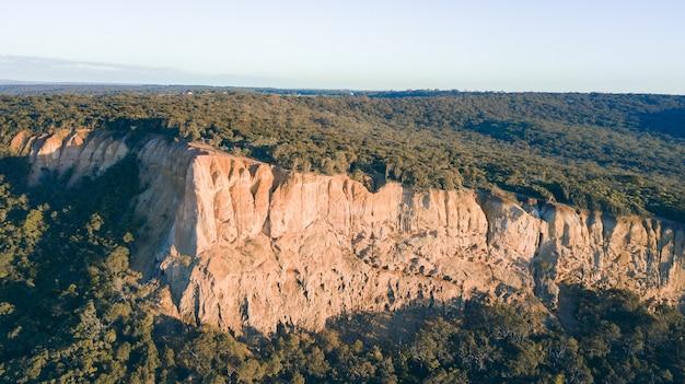 Widok z lotu ptaka na great ocean road o zachodzie słońca, victoria, australia