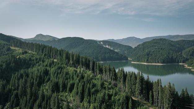Widok z lotu ptaka na jezioro bolboci w górach bucegi w rumunii
