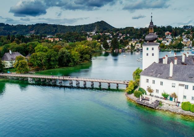 Widok z lotu ptaka na jezioro gmunden schloss w austrii