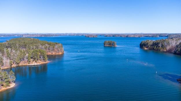 Widok z lotu ptaka na jezioro lanier w stanie georgia, usa