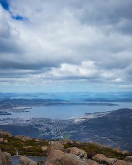 Widok z lotu ptaka na jezioro otoczone miastem