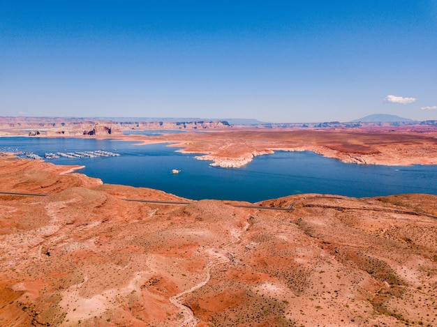Widok z lotu ptaka na jezioro powell w pobliżu tamy glen canyon