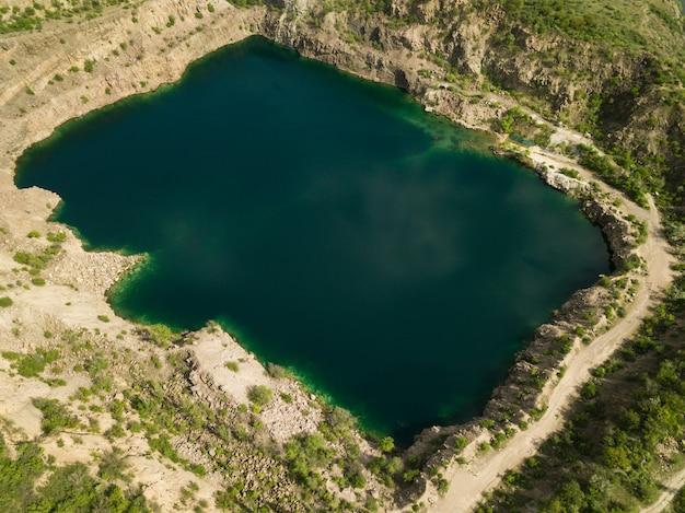 Widok z lotu ptaka na jezioro radon w miejscu zalanego kamieniołomu granitu w pobliżu południowego bugu, wieś mihiia, ukraina. znane miejsce wypoczynku