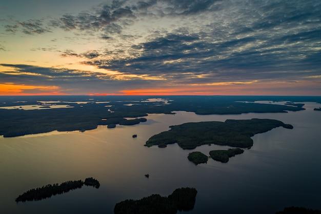 Widok z lotu ptaka na jezioro suoyarvi o zachodzie słońca w otoczeniu lasów karelii, rosja