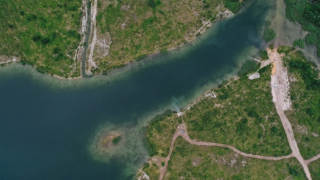 Widok z lotu ptaka na jezioro