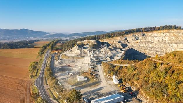 Widok z lotu ptaka na kamieniołom z dużą ilością sprzętu roboczego, wydobycie kamienia i piasku w dużych ilościach