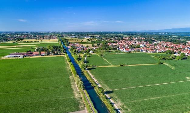 Widok z lotu ptaka na kanał rodan - ren w pobliżu strasburga w alzacji, francja