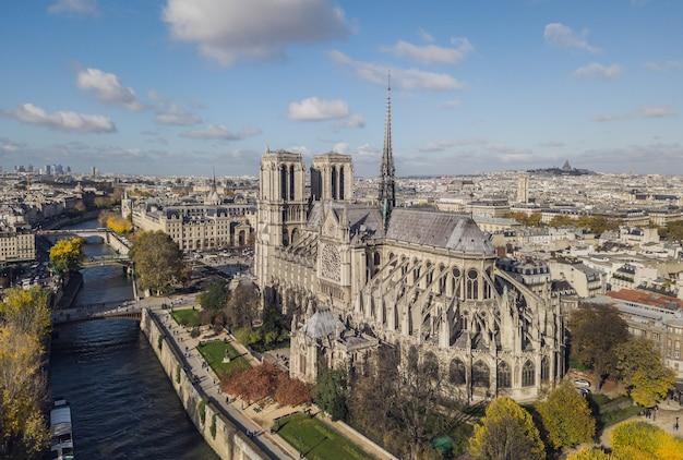 Widok z lotu ptaka na katedrę notre dame de paris
