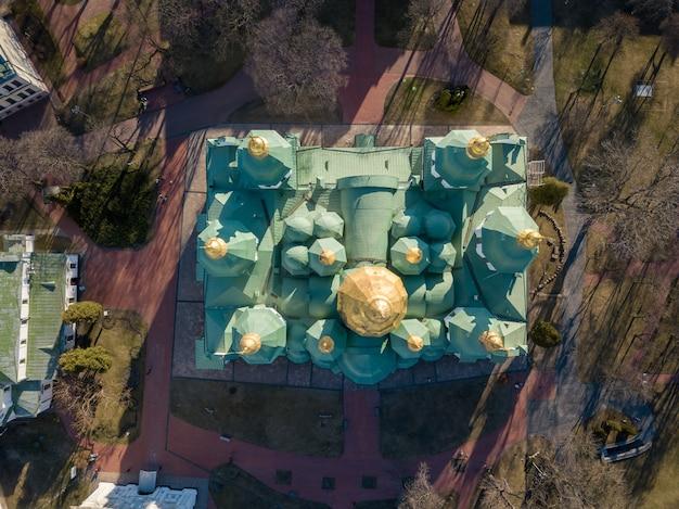 Widok z lotu ptaka na katedrę św. zofii z góry w mieście kijowie, stolicy ukrainy. zdjęcie drona