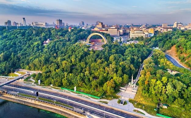Widok z lotu ptaka na kijów z łukiem przyjaźni narodów i pomnikiem praw magdeburskich - ukraina, europa wschodnia