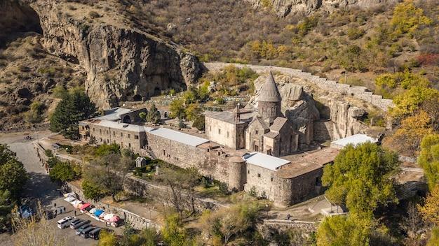 Widok z lotu ptaka na klasztor geghard w armenii