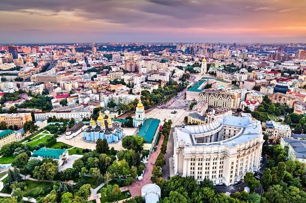 Widok z lotu ptaka na klasztor św. michała o złotej kopule, ministerstwo spraw zagranicznych i sobór mądrości bożej w kijowie, ukraina