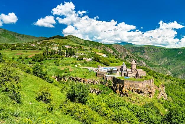 Widok z lotu ptaka na klasztor tatev. światowe dziedzictwo unesco w armenii