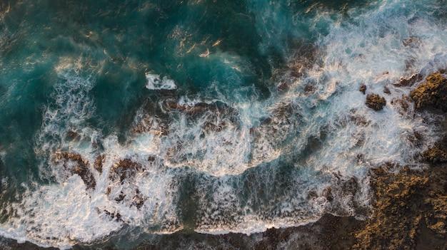 Widok z lotu ptaka na klify i piany fal morskich. ocean atlantycki na wyspach kanaryjskich